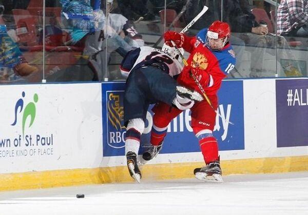 Игровой момент матча Мирового кубка вызова по хоккею между юниорскими сборными России и США