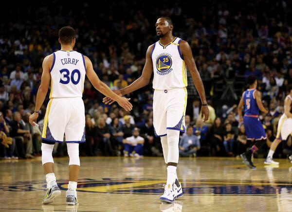 Баскетболисты Голден Стэйт Уорриорз Кевин Дюрэнт и Стефен Карри (справа налево)