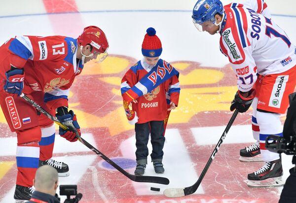 Нападающие сборной России Павел Дацюк (слева) и сборной Чехии Владимир Соботка (справа)