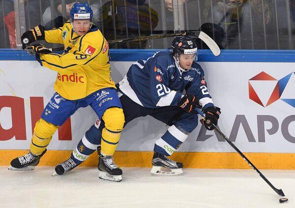 Нападающий сборной Швеции Патрик Закриссон (слева) и форвард сборной Финляндии Сакари Маннинен