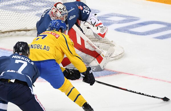 Защитник сборной Финляндии Нико Миккола, защитник сборной Швеции Давид Рундблад и вратарь сборной Финляндии Харри Сятери (слева направо)