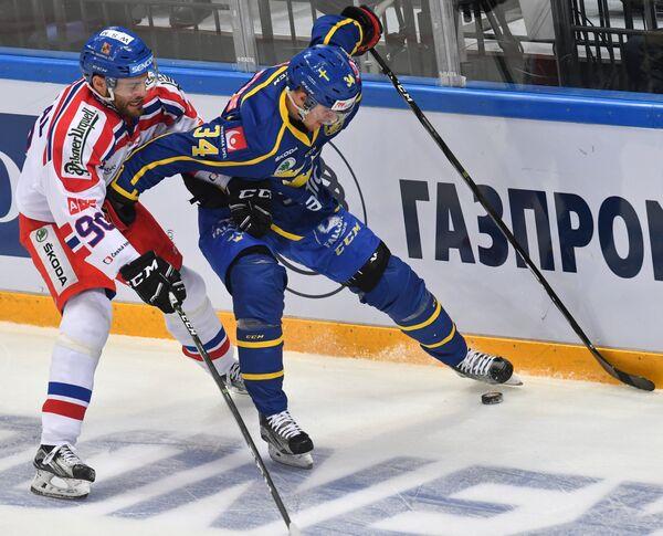 Нападающие сборной Чехии Роберт Коусал (слева) и сборной Швеции Даниэль Бродин