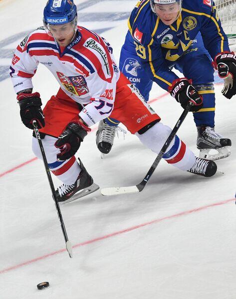 Нападающий сборной Чехии Владимир Соботка (слева) и защитник сборной Швеции Эрик Густафссон