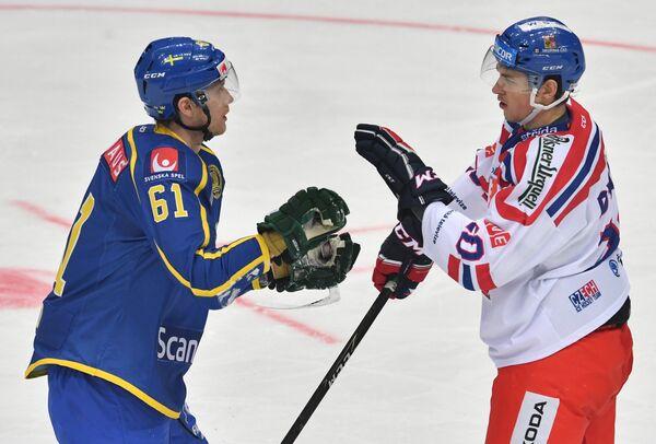 Нападающий сборной Швеции Юхан Рюно (слева) и защитник сборной Чехии Томаш Дворжак