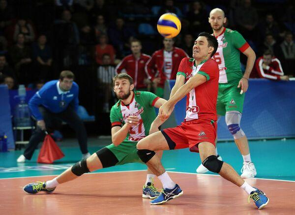 Волейболисты Локомотива Валентин Голубев (слева) и Эрик Шоджи