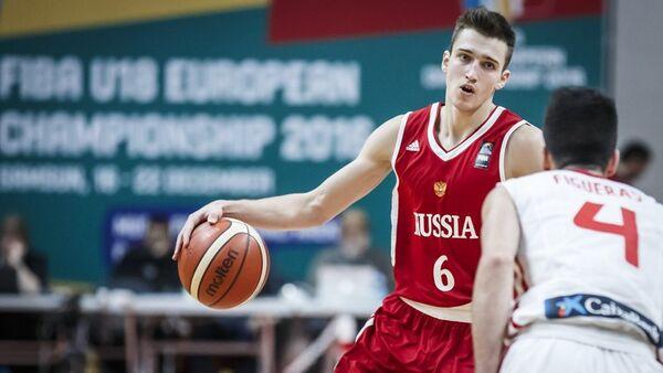 Защитник юношеской сборной России по баскетболу Григорий Мотовилов (слева) и защитник юношеской сборной Испании Пабло Фигерас