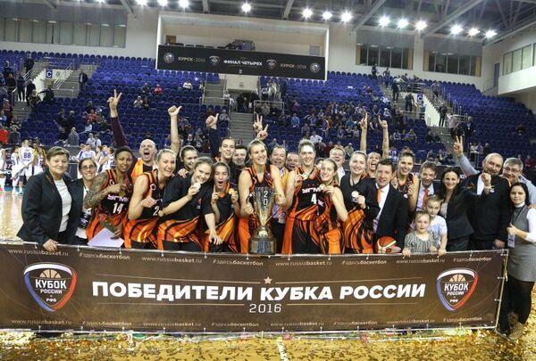 Баскетболистки и тренерский штаб УГМК
