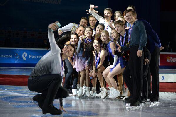 Призеры чемпионата России по фигурному катанию в Челябинске во время церемонии награждения