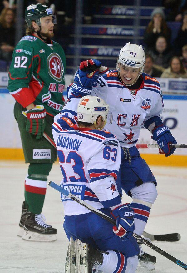 Нападающие СКА Евгений Дадонов и Вадим Шипачёв (слева направо на первом плане)