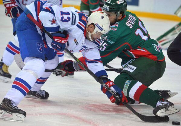 Нападающие СКА Павел Дацюк (слева) и Ак Барса Александр Свитов