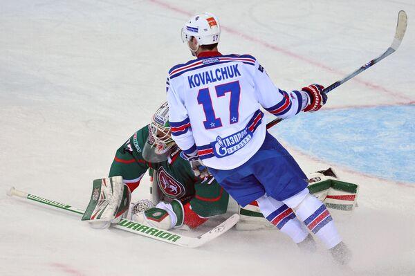 Вратарь Ак Барса Эмиль Гарипов и нападающий СКА Илья Ковальчук (на первом плане)
