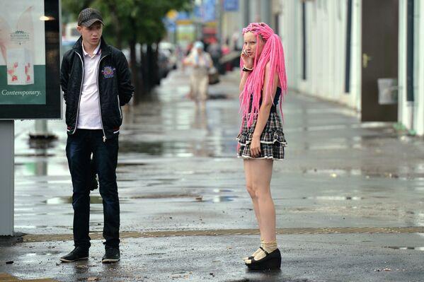 Девушка-эмо и молодой человек на улице Право-Булачной в Казани