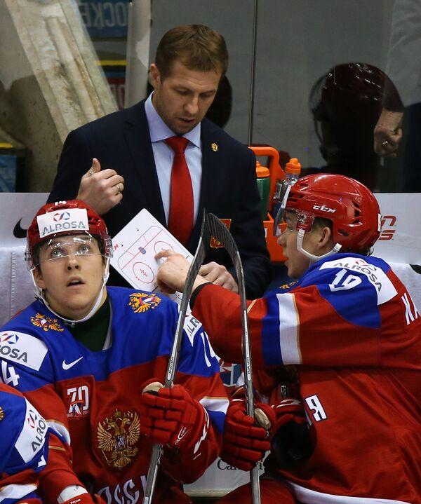 Нападающие сборной России Кирилл Беляев и Павел Карнаухов (справа)