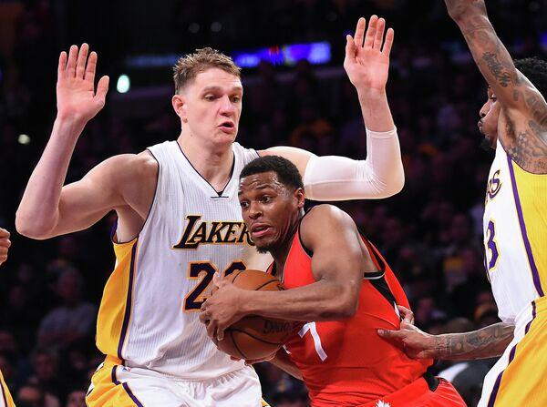 Центровой клуба НБА Лос-Анджелес Лейкерс Тимофей Мозгов (слева) и защитник Торонто Рэпторс Кайл Лоури