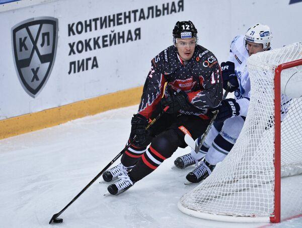 Защитник ХК Авангард Виталий Меньшиков (слева) и форвард ХК Динамо Константин Горовиков