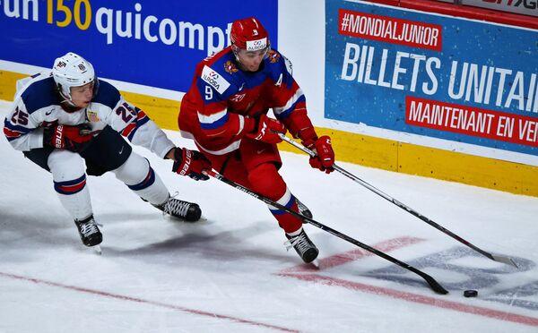 Нападающий сборной России Данила Квартальнов и защитник сборной США Чарли Макэвой (слева)