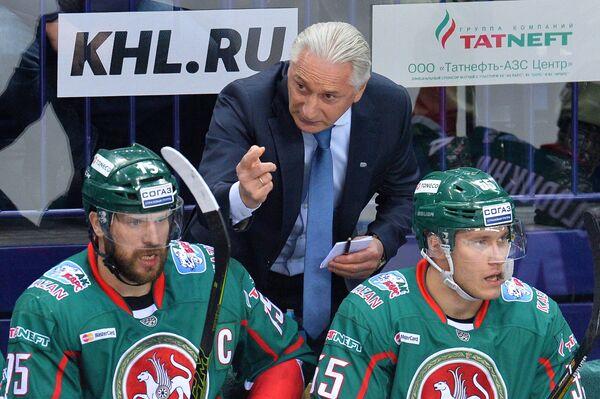 Главный тренер ХК Ак Барс Зинэтула Билялетдинов (на заднем плане) и игроки ХК Ак Барс Александр Свитов и Владимир Ткачев (слева направо на переднем плане)