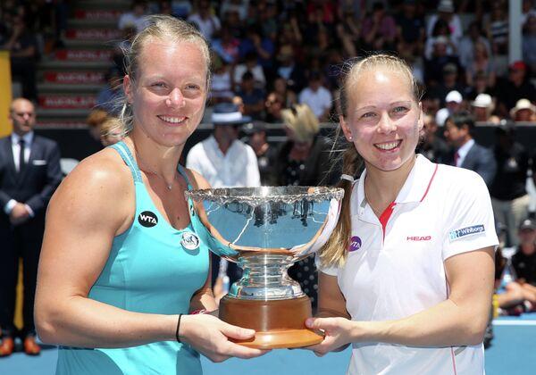 Голландка Кики Бертенс и шведка Юханна Ларссон (слева направо) после победы на теннисном турнире в Окленде