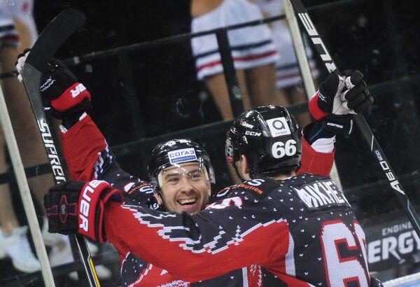 Игроки ХК Авангард Илья Зубов (слева) и Илья Михеев
