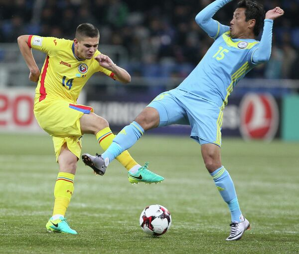 Румынский футболист Рэзван Марин (слева)