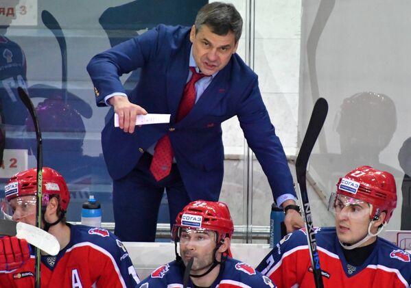 Главный тренер ЦСКА Дмитрий Квартальнов (на втором плане)