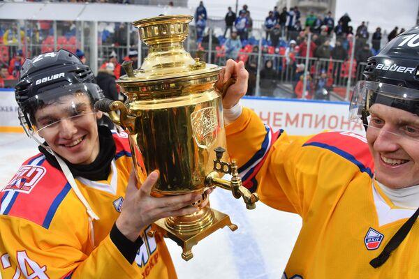 Нападающие Химика Илья Павлюков (слева) и Кирилл Смирнов