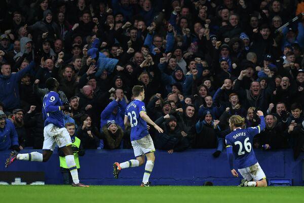 Футболисты Эвертона радуются забитому мячу
