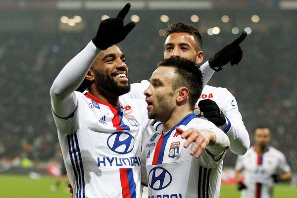 Футболисты Лиона радуются забитому мячу Матьё Вальбуэна (на первом плане)