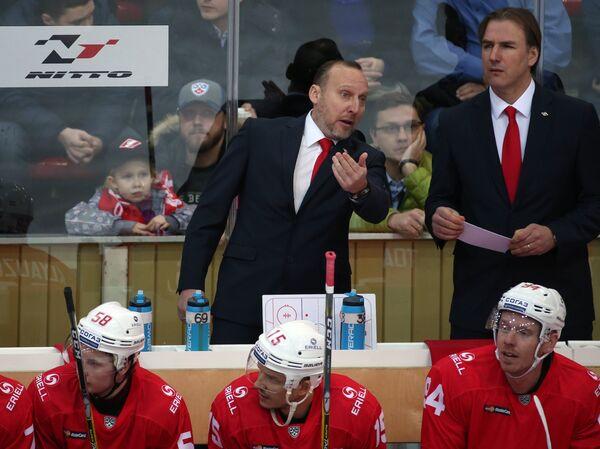 Исполняющий обязанности главного тренера Спартака Алексей Ярушкин (в центре на втором плане)