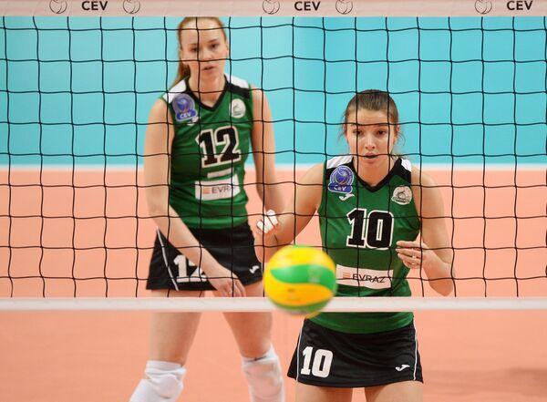 Волейболистки Уралочки-НТМК Марина Бабешина (слева) и Екатерина Евдокимова (Макарчук)