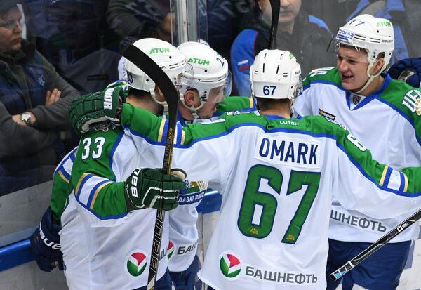 Хоккеисты Салавата Юлаева радуются заброшенной шайбе