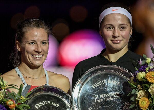 Алисия Росольская (Польша) и Елена Остапенко (Латвия) (слева направо)