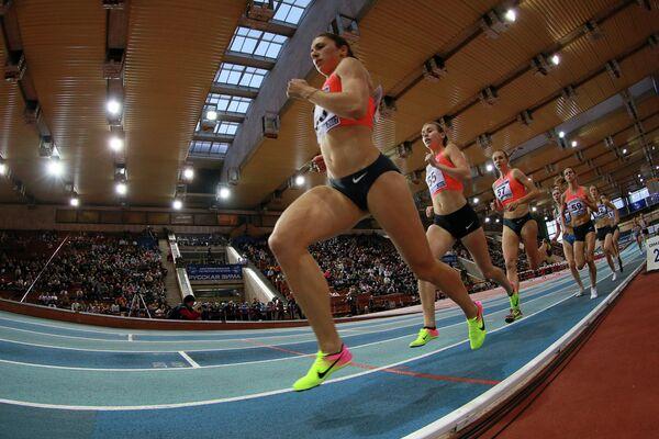 Спортсменки в финале забега на 1500 метров на соревнованиях по легкой атлетике Русская зима - 2017 в Москве