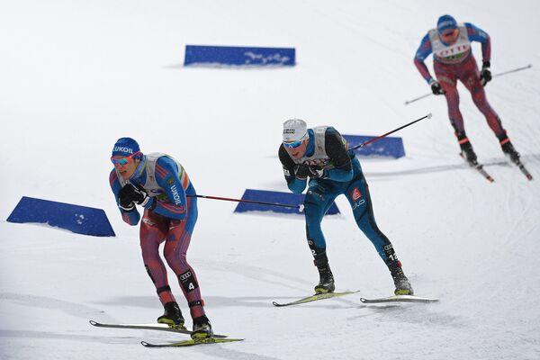 Российский лыжник Глеб Ретивых (слева) на дистанции командного спринта на этапе Кубка мира по лыжным гонкам в Пхенчхане