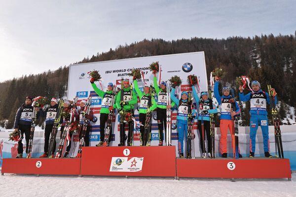 Биатлонисты сборной Франции, биатлонисты сборной Германии и биатлонисты сборной России (слева направо)