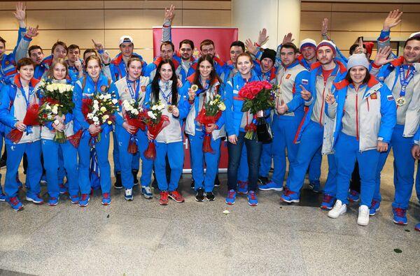 Игроки женской и мужской сборных России по хоккею во время прилета спортсменов сборной России с Всемирной зимней Универсиады