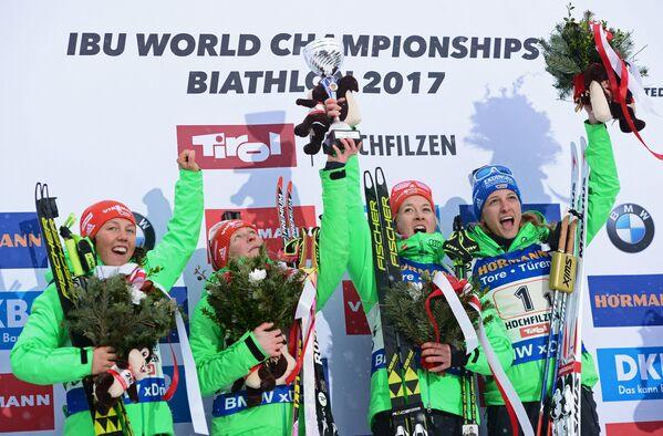 Биатлонистки сборной Германии: Лаура Дальмайер, Франциска Хильдебранд, Марен Хаммершмидт и Ванесса Хинц (слева направо)