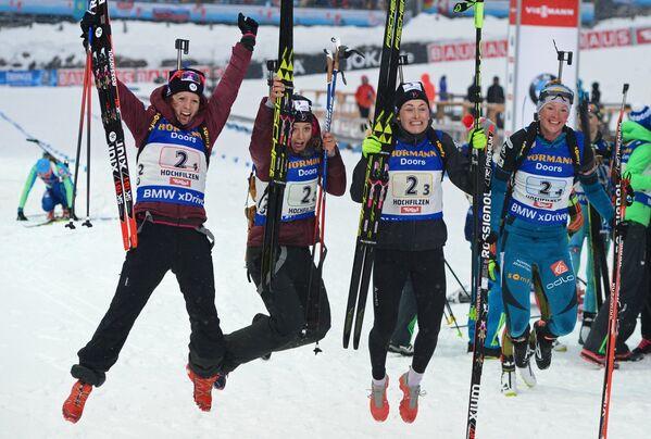Биатлонистки сборной Франции: Анаис Шевалье, Селия Эмонье, Жюстин Бреза и Мари Дорен-Абер (слева направо)
