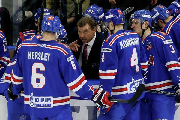 Главный тренер ХК СКА Олег Знарок (в центре) и хоккеисты клуба