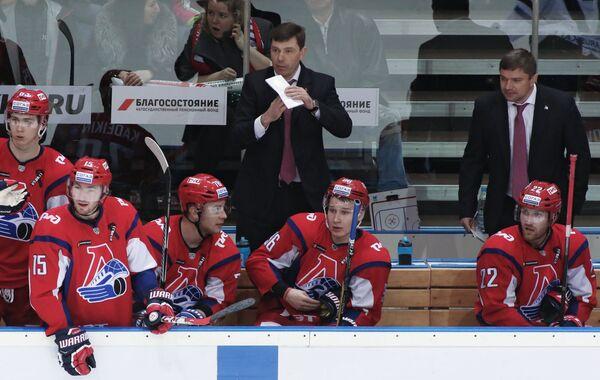 Главный тренер ХК Локомотив Алексей Кудашов (в центре на втором плане) и тренер ХК Локомотив Александр Савченков (справа на втором плане) и хоккеисты клуба