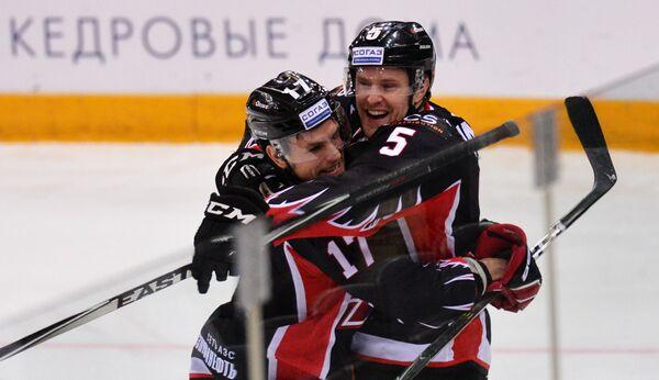 Хоккеисты Авангарда Владимир Соботка (слева) и Юнас Анелёв