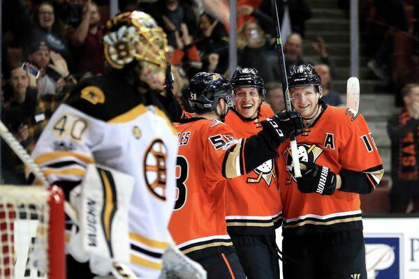 Хоккеисты Анахайма радуются заброшенной в ворота Бостона шайбе