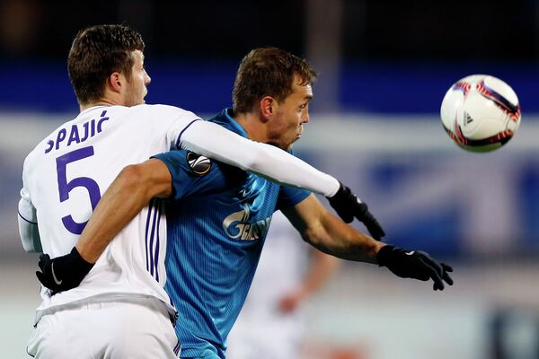 Защитник Андерлехта Урош Спаич и нападающий Зенита Артём Дзюба (справа)