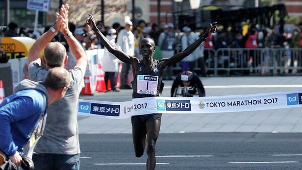 Кениец Уилсон Кипсанг на финише Токийского марафона
