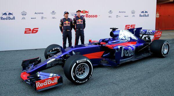 Пилоты Торо Россо россиянин Даниил Квят и испанец Карлос Сайнс-младший (справа налево) во время презентации нового болида