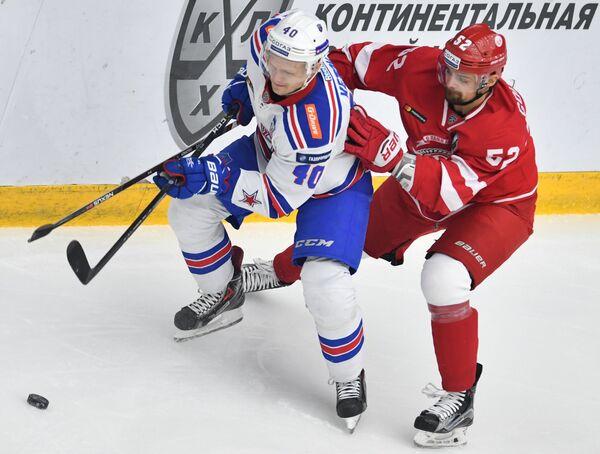 Нападающий СКА Евгений Кетов (слева) и защитник Витязя Игорь Головков