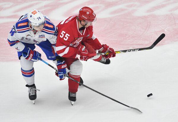 Нападающие СКА Николай Прохоркин (слева) и Витязя Миро Аалтонен