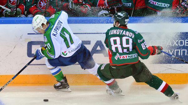 Форварды Ак Барса Артём Лукоянов (справа) и Салавата Юлаева Кирилл Капризов
