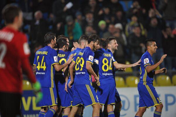 Игроки ФК Ростов радуются забитому мячу