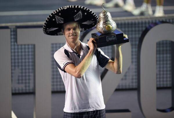 Американец Сэм Куэрри после победы на теннисном турнире в Акапулько